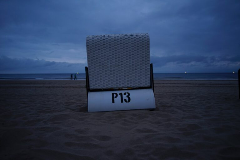 Strandkorb in der Dämmerung