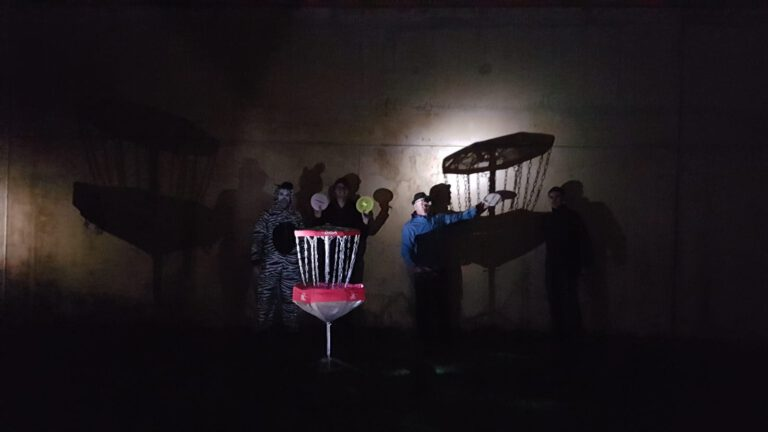 Discgolf-Spieler in der Nacht
