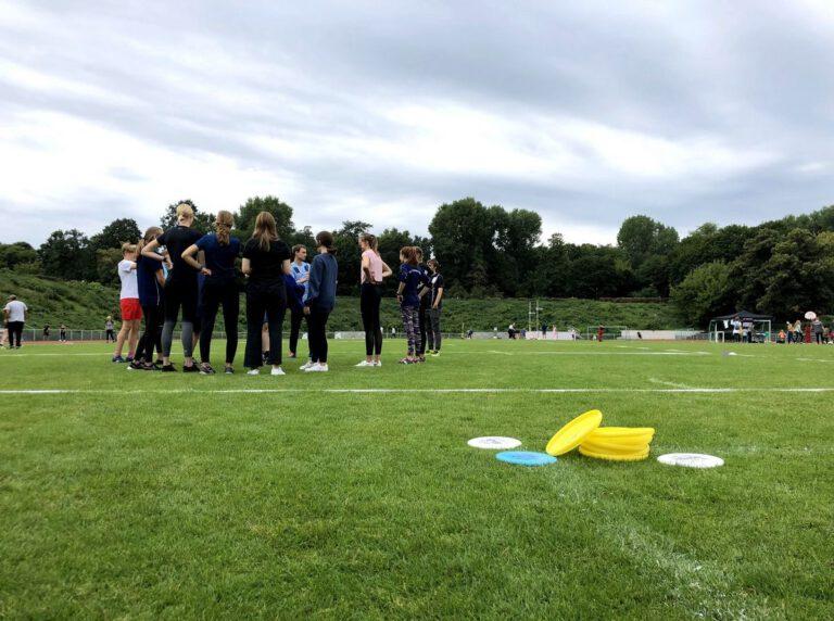 Trainer erklärt Kindern und Jugendlichen die Ultimate-Regeln